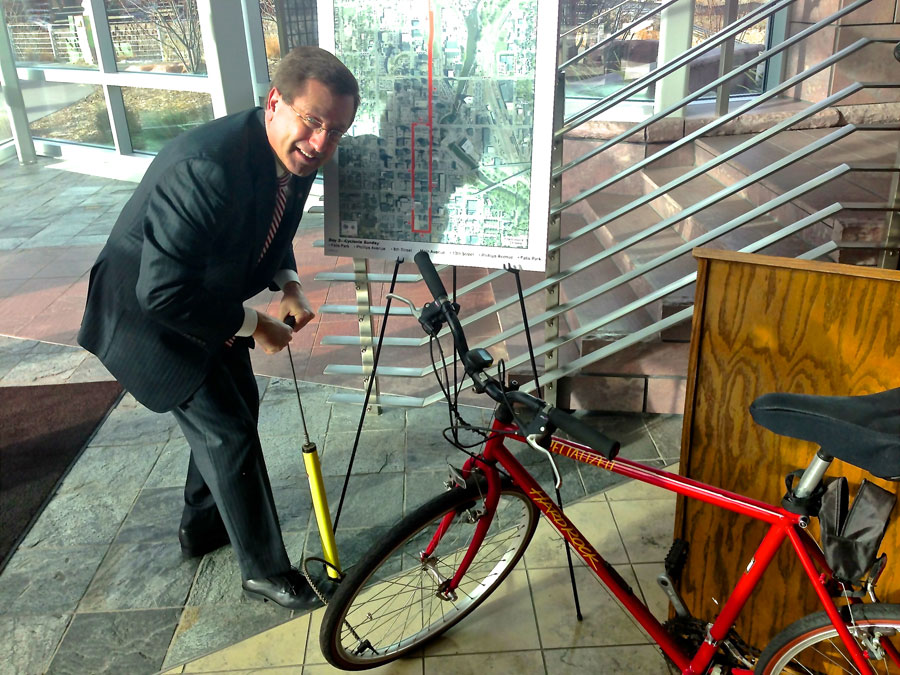 Mayor Huether Pumping Bike Tire