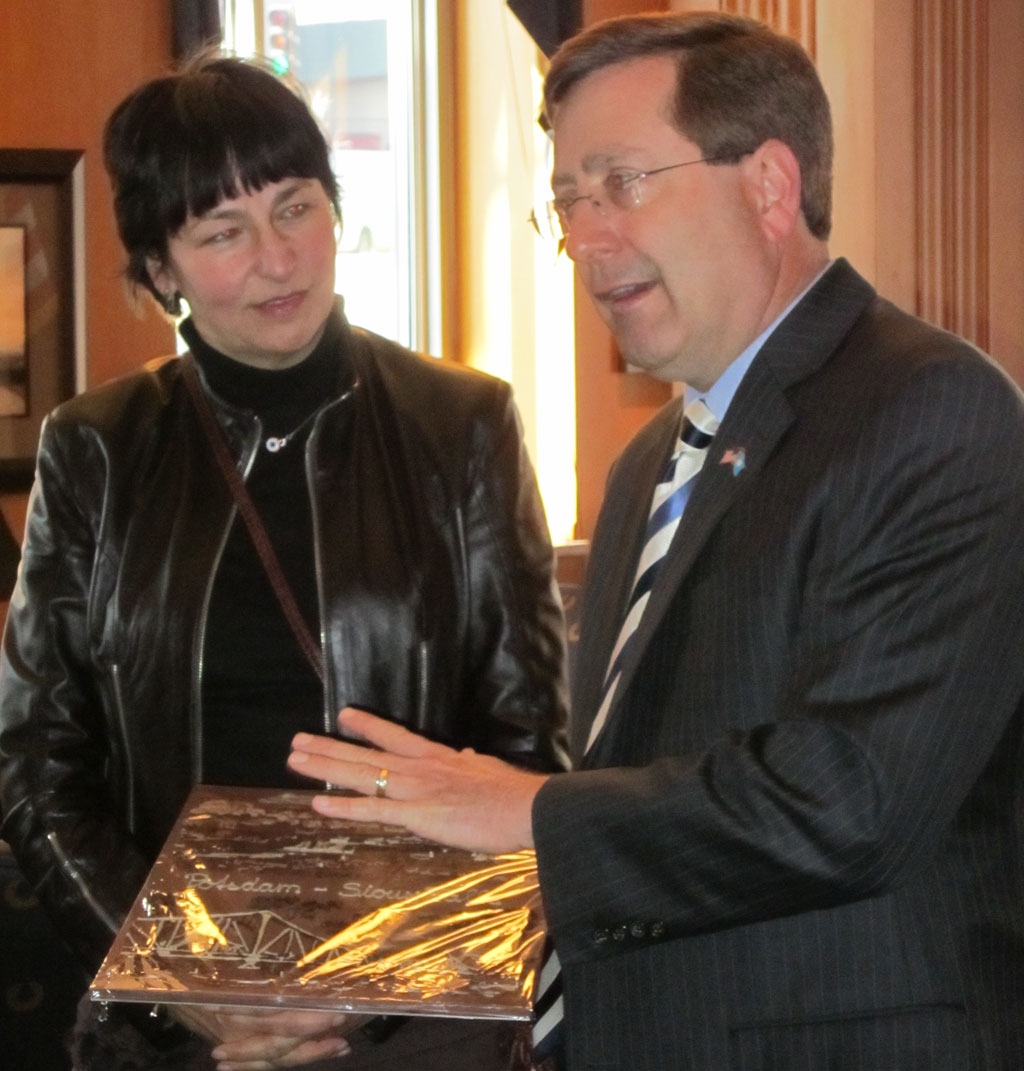 Sigrid Sommer Presents Mayor Huether with a gift
