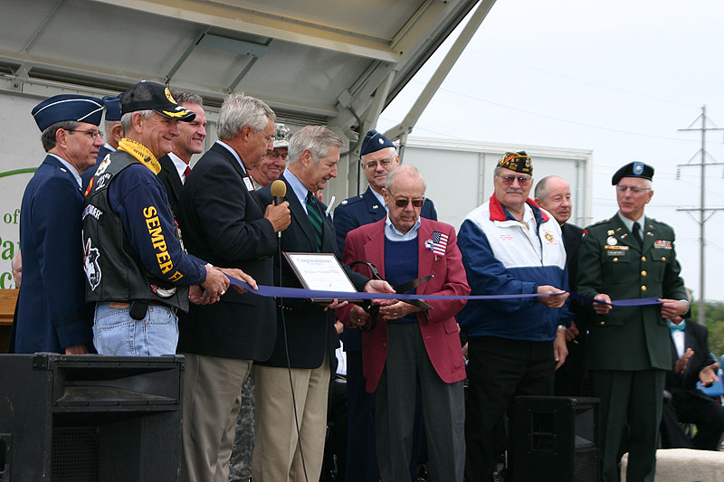 /upload/images/parks/veterans_memorial/ribbon_cutting_3.jpg